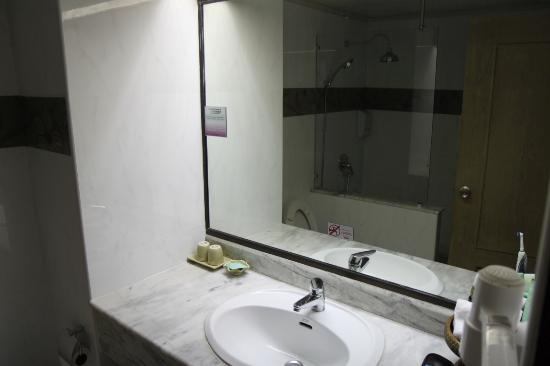 Pinnacle Lumpinee Park Hotel: Bathroom