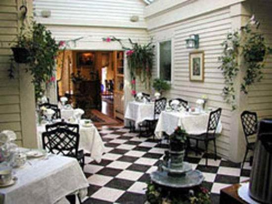 Captain Farris House Bed & Breakfast: Couryard Breakfast Room