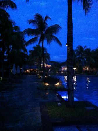 Heritage Le Telfair Golf & Spa Resort: main pool after dusk