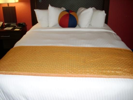 Coco Key Hotel and Water Park Resort: Bed with beach ball pillow