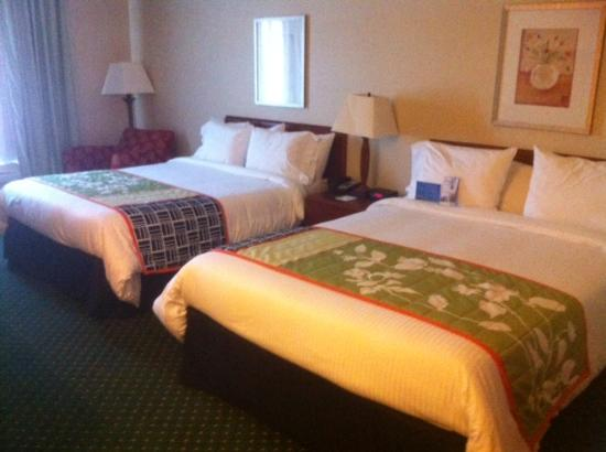 Fairfield Inn & Suites Denton: Comfy bedding..