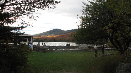 ‪‪Seyon Lodge‬: Sun on the pond and fall foliage‬