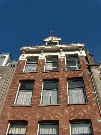 Hotel van Onna: Top floor - windows on the right