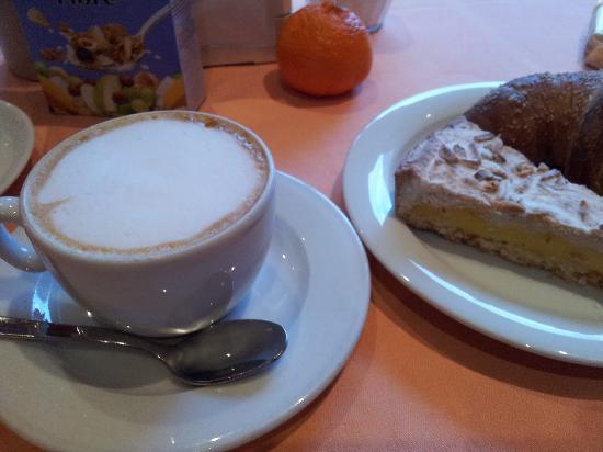 Hotel Lombardia: Tasty Cap and cake