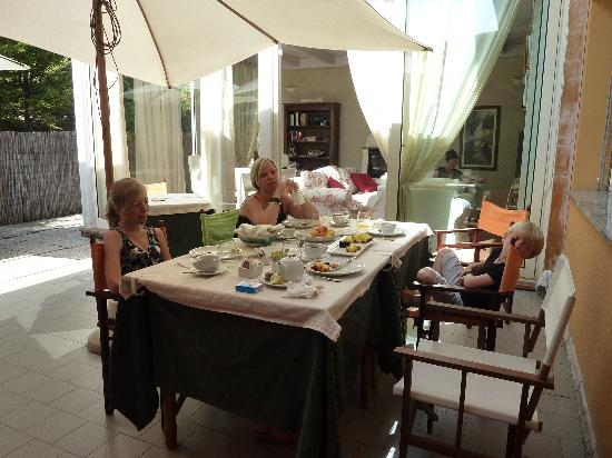 Locanda Belvedere: ontbijt buiten: geweldig