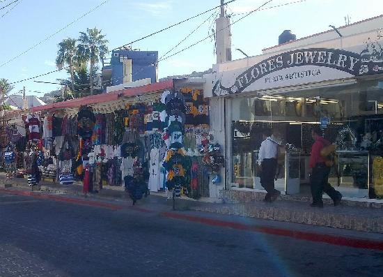 Flea Market at the Marina: shop for jewellery or other merchandise