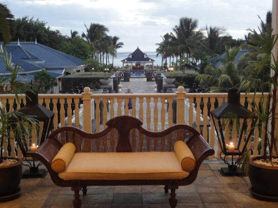 Heritage Le Telfair Golf & Spa Resort: A view from the reception towards the beach