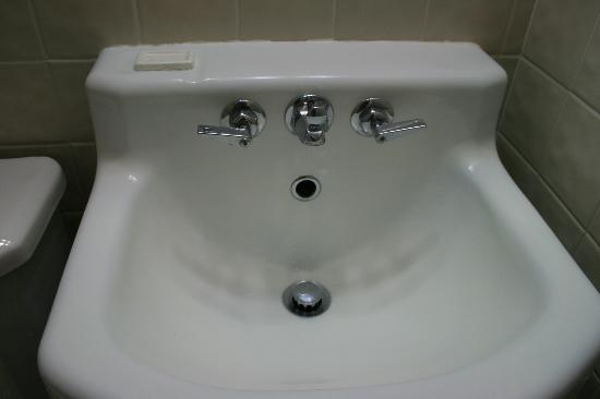 Siesta Motel: you could eat out of this sink it's so clean, much like the rest of the room