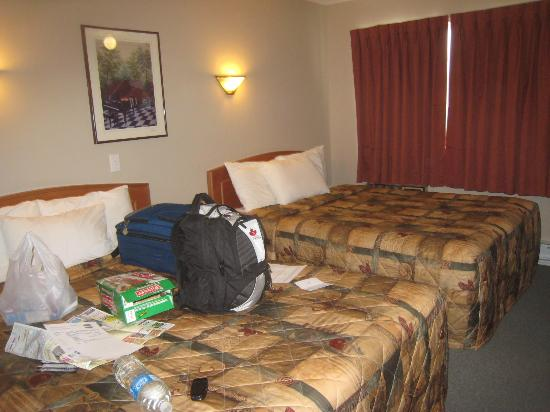 Canadas Best Value Inn & Suites : View of one of the rooms