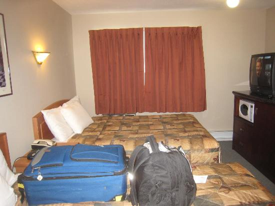 Canadas Best Value Inn & Suites: more of inside the room