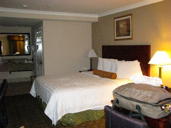 Howard Johnson Pasadena: bottom floor room