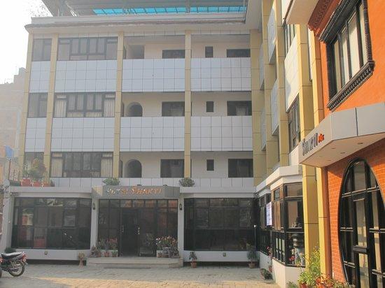 Hotel Shakti: Front of hotel