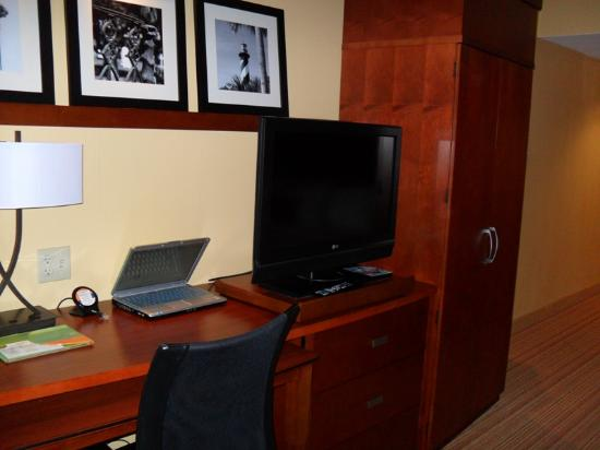 Courtyard by Marriott St. Augustine I-95: Work desk area and big, roomy closet