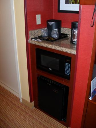 Courtyard by Marriott St. Augustine I-95: Frig and coffee area