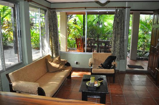 Villas Oasis: Livingroom attached to the kitchen