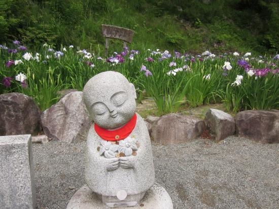 Banshu Yamasaki Hana Iris Garden : Little Buddha statue flanked by irises