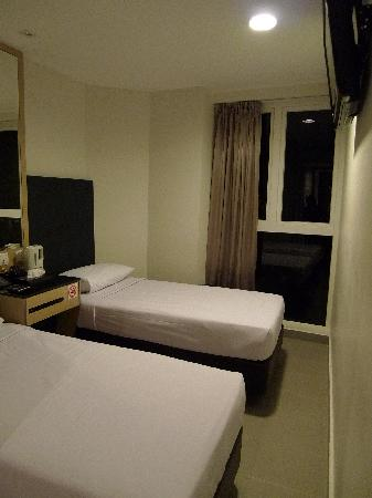 Marrison Hotel: Deluxe Room (view from the Entrance Door)