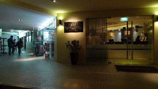 Marrison Hotel: Beside 7/11