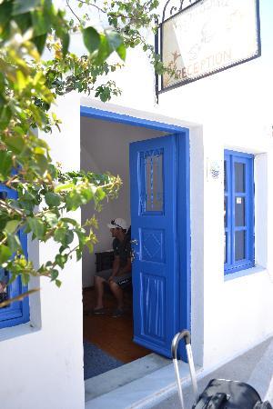 Chelidonia Villas: Reception on the main street of Oia