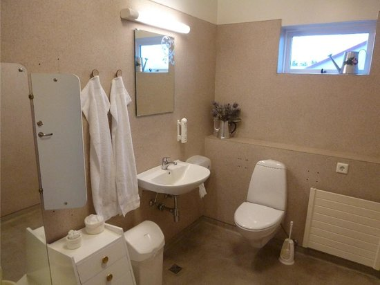 Skjaldarvik Guest House: One of the common bathrooms