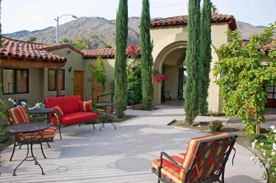 Los Arboles Hotel: Cozy courtyard.