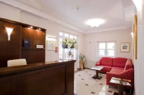Hotel Croatia: reception area