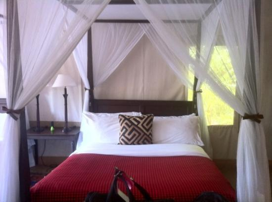Fairmont Mara Safari Club: Very comfortable tented bungalow!
