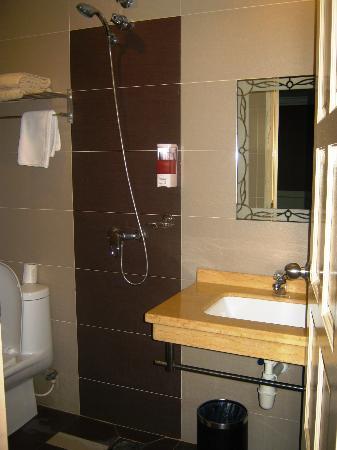 K.T. Travellers Inn: Bathroom