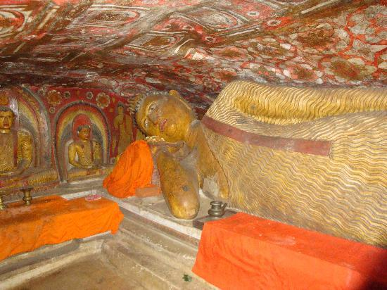 Bambaragala Viharaya: Inside the cave