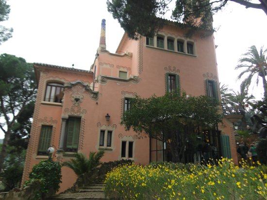 Gaudi house museum barcelona all you need to know for Barcelona jardin gaudi