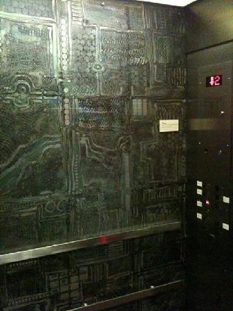 Hotel de l'Institut: elevator