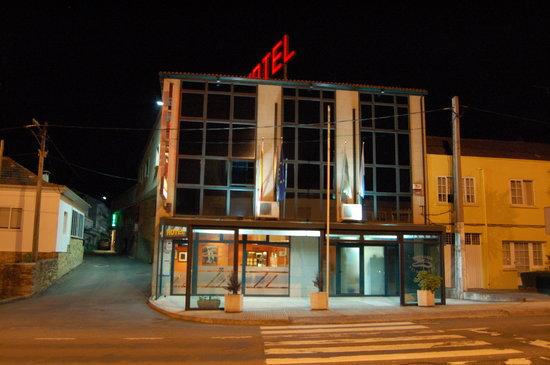 Hotel Villanueva: Fachada noche