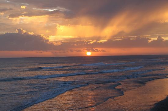 Monty's Beach Lodge: The most amazing sunsets!