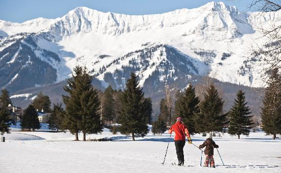 Ферни, Канада: Nordic skiing in Fernie with Fernie Alpine Resort in the background