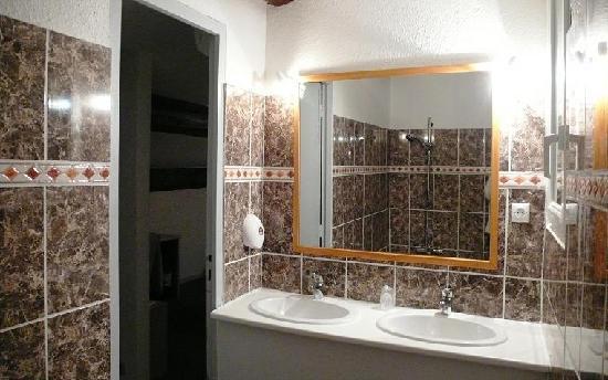 Will's Hotel : Salle de bain chambre familiale