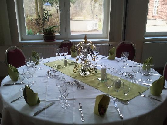 festlich gedeckter tisch vor der feier bild von alter. Black Bedroom Furniture Sets. Home Design Ideas