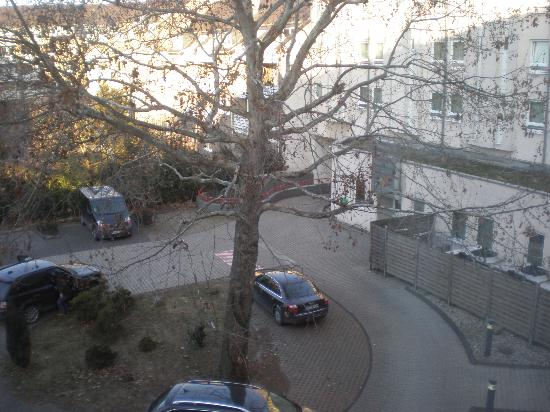 Ibis Bonn: Vista desde la habitación. Parking descubierto