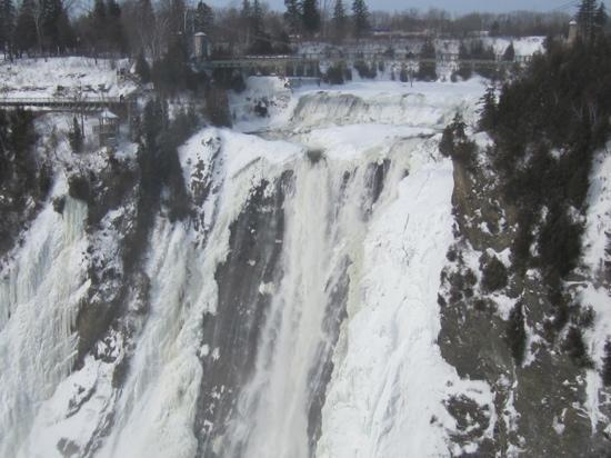 Au Gite de la Chute: chute de Montmorency en hiver