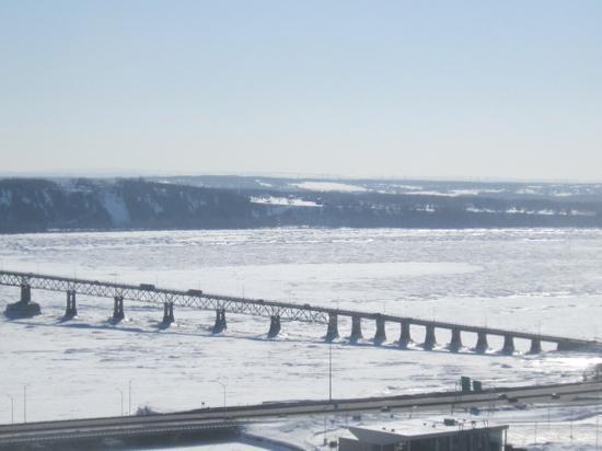 Au Gite de la Chute: le pont de l'ile d'Orleans en hiver avec st laurent gele