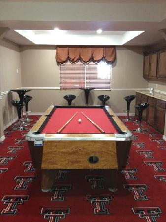 BEST WESTERN PLUS Lubbock Windsor Inn & Suites: nice pool room next to swimming pool.