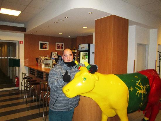 """Ecotel Vilnius: A """"vaca"""" da felicidade...não deixei de posar com ela"""