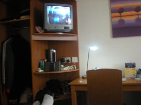 Premier Inn Blackpool (Beach) Hotel: T.V and Wardrobe (take hangers)