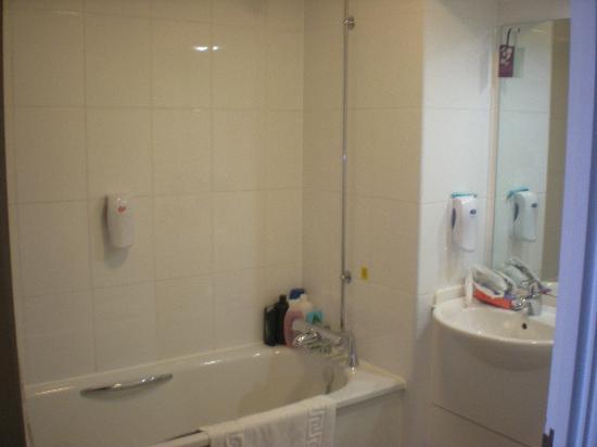 Premier Inn Blackpool (Beach) Hotel: Bathroom