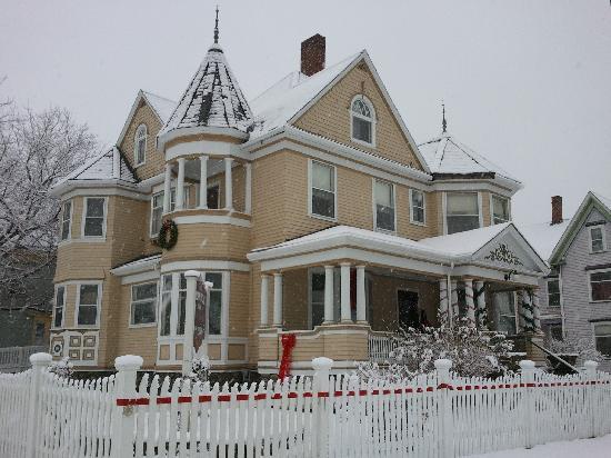 The Munroe Inn : Snowfall on the Inn