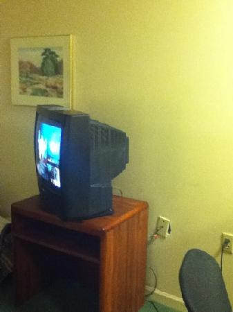 Extended Stay America - St. Louis - Earth City: The Tv(the cable outlet was not put on right)