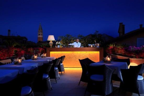 Hotel a La Commedia: Bar roof top terrace by night
