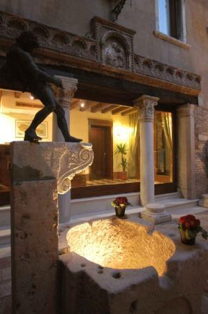 Hotel Al Ponte Mocenigo: courtyard