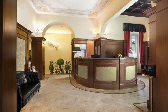 Hotel River: Reception