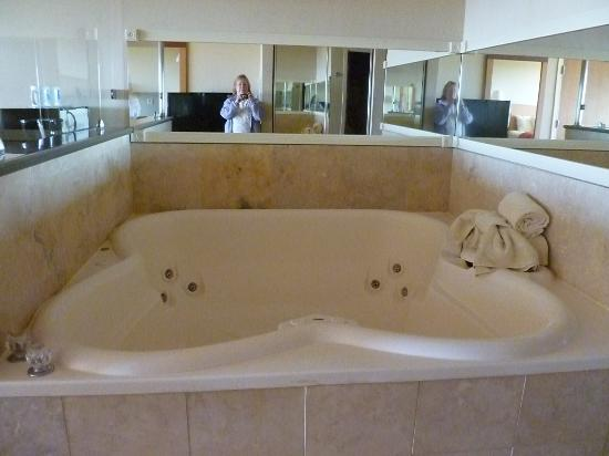Comfort Inn and Suites: in-room hot tub