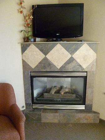Comfort Inn and Suites: in room fireplace